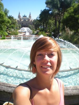 Bild der geliebten Fanny Schiel vorm Brunnen