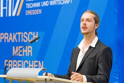 Maximilian Tränkler mit Ausschnitt als ehemaliger Sprecher des StuRa zur Rede bei der feierlichen Immatrikulation der HTW Dresden 2019