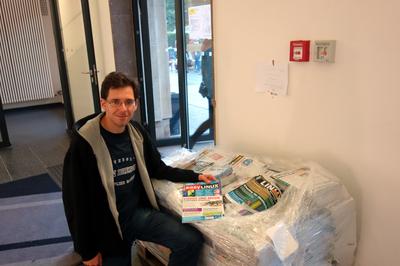 Norman Schwirz mit den organisierten Linuxzeitschriften für die Ersties